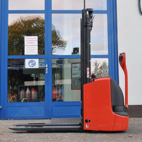 Použitý vysokozdvižný ručně vedený vozík LINDE L12i - zánovní, pouze 3 motohodiny!